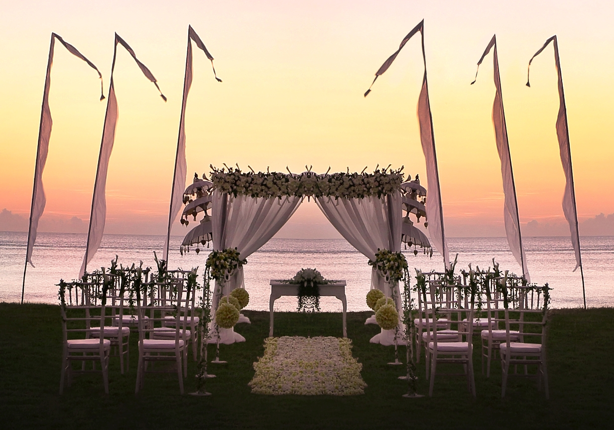 Sunset Garden White Wedding Setup
