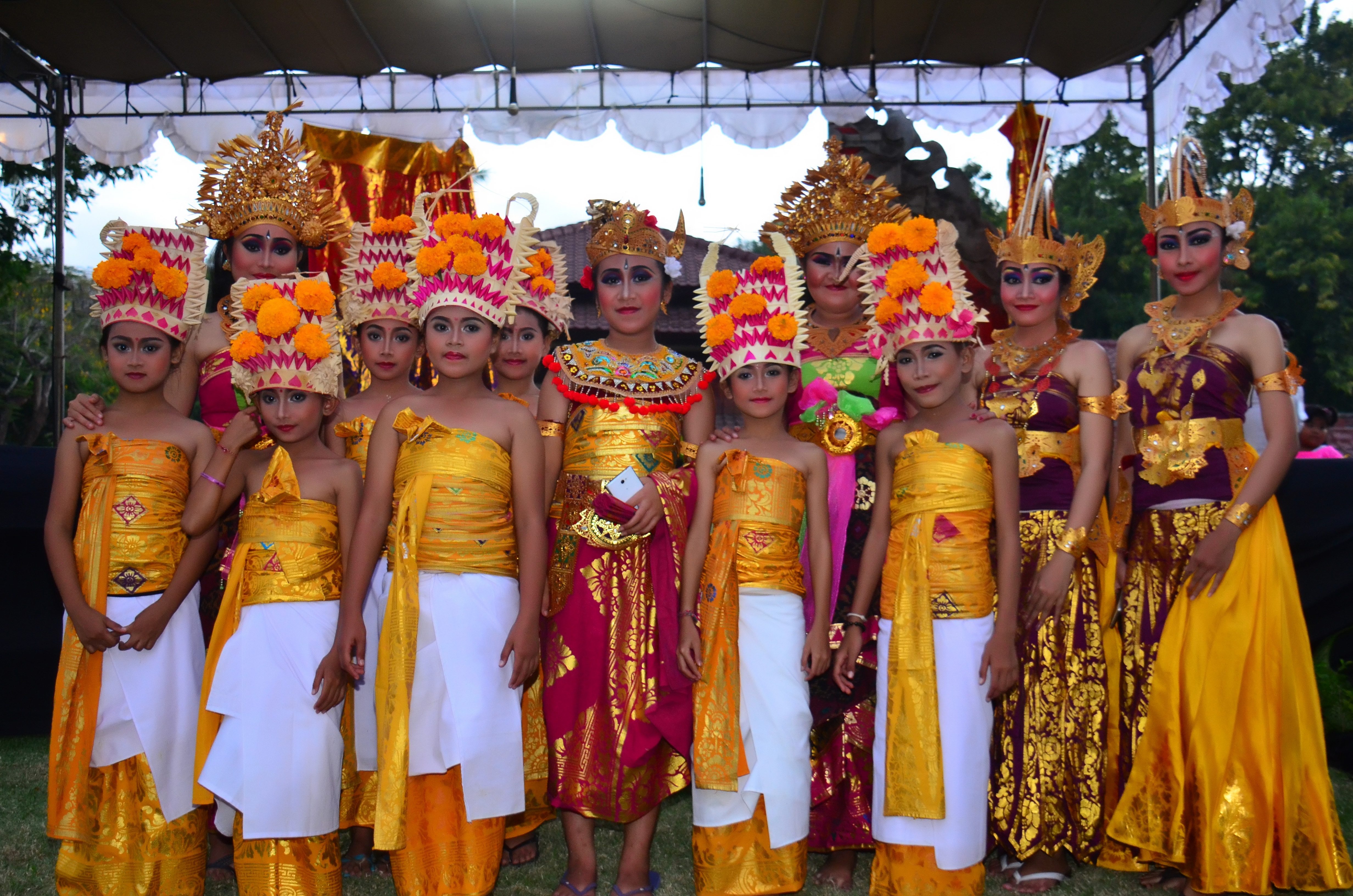 The Kids and the performer dressed in Balinese Traditional Clothes
